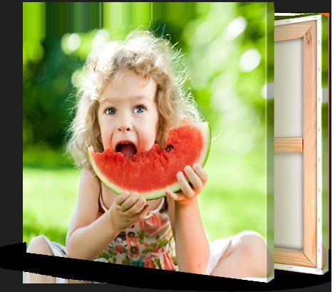 Kind eet meloen op canvas gedrukt