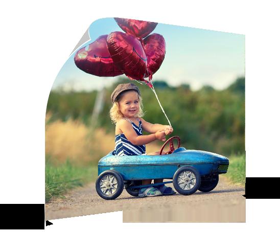 Landing poster met meisje en ballonnen in auto