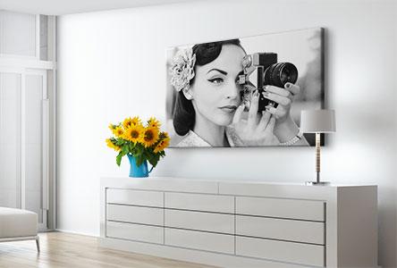 Woonruimte canvas met vrouw in zwart wit met camera