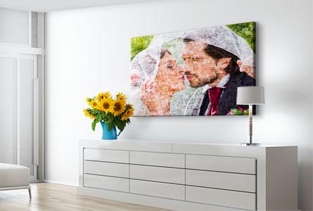 Woonruimte met fotomozaiek van bruidspaar op canvas